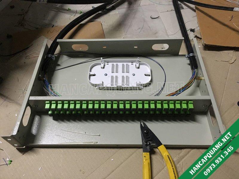 Hộp ODF 48FO SC/APC khi chưa được hàn nối mà chỉ mới cố định cáp vào