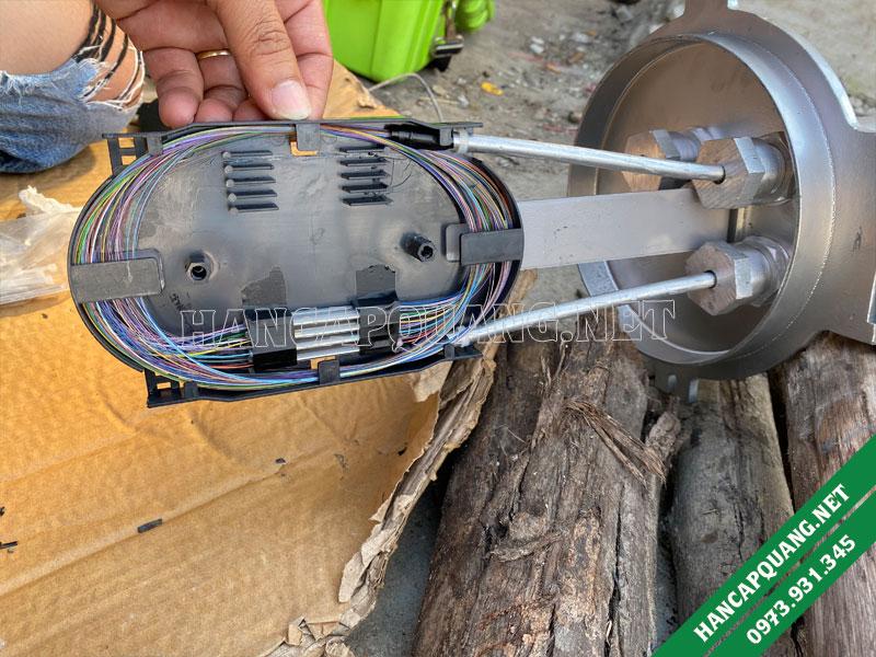 Cáp quang OPGW được kỹ thuật quấn gọn gàng vào khay hàn
